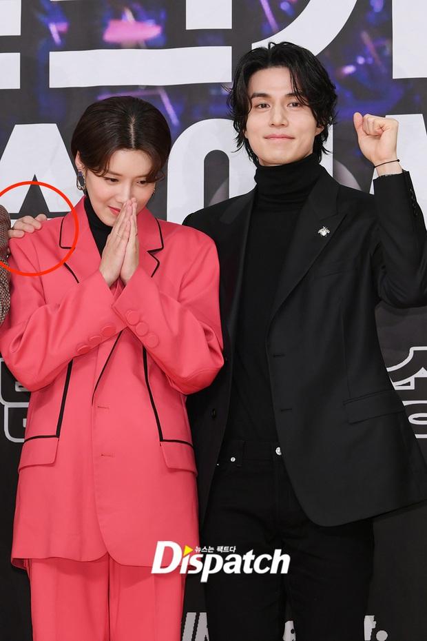 Lâu lắm rồi tài tử cực phẩm Lee Dong Wook mới chủ động thân mật với 1 sao nữ, nhưng ai mà may mắn thế này? - Ảnh 5.