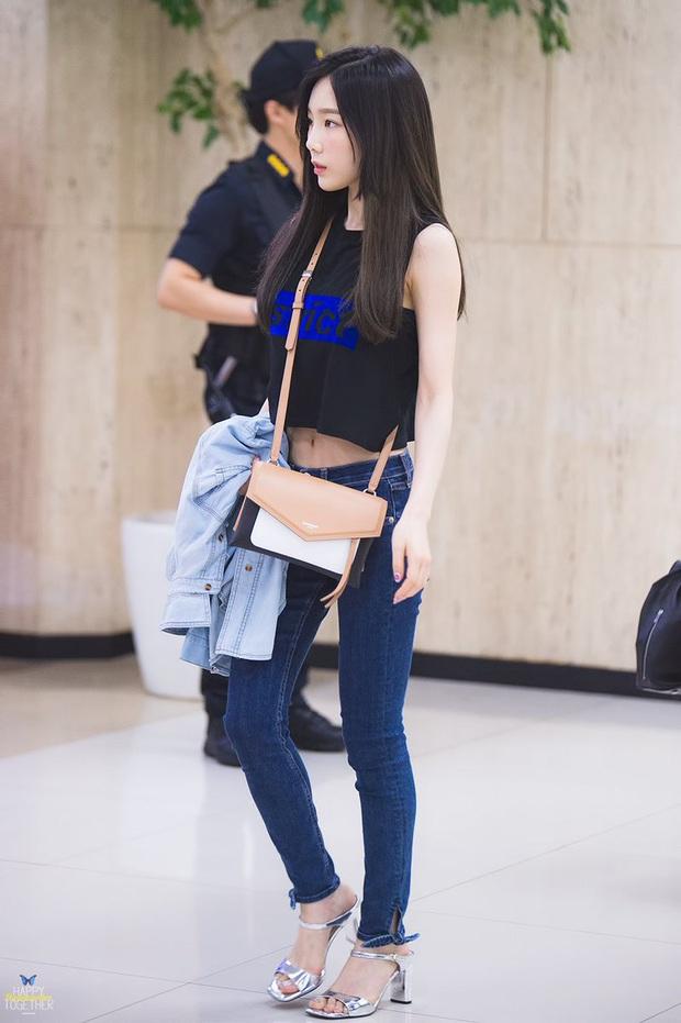 """Thì ra tủ đồ của sao Hàn luôn có crop top thun đen, kiểu áo đơn giản nhưng có """"ngàn lẻ một"""" cách mix đồ - Ảnh 9."""
