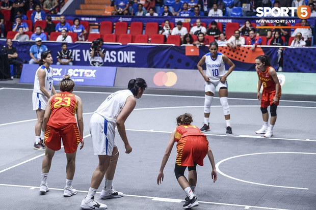 Nỗ lực hết mình nhưng vẫn không thể tạo nên bất ngờ trước Philippines, bóng rổ nữ Việt Nam vẫn còn cơ hội tranh huy chương đồng tại SEA Games 30 - Ảnh 2.