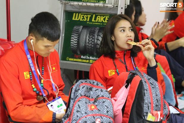 Xe buýt lại đến muộn, đoàn VĐV Việt Nam tranh thủ mở đồ ăn đánh chén ngay tại sân bay sau chuyến đi hú hồn - Ảnh 6.