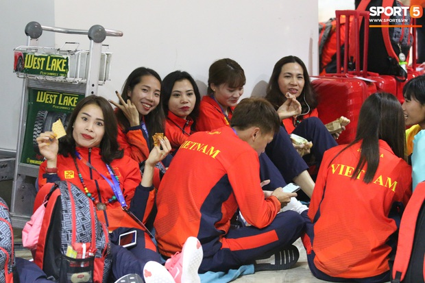 Xe buýt lại đến muộn, đoàn VĐV Việt Nam tranh thủ mở đồ ăn đánh chén ngay tại sân bay sau chuyến đi hú hồn - Ảnh 8.