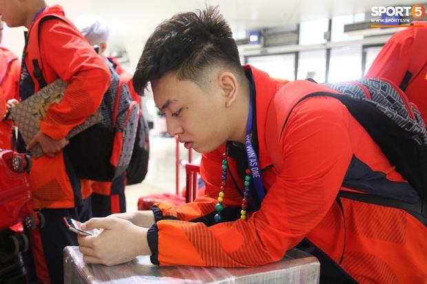 Đảm đang như đội trưởng Mocha ZD Esports: Lo sợ đồng đội không có gì ăn nên chuẩn bị cả thùng mì tôm tới Philippines - Ảnh 5.