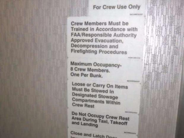 Hoá ra trên máy bay có phòng ngủ riêng cho phi công và tiếp viên: phải đi vào bằng lối bí mật, độ rộng - hẹp thì còn tuỳ - Ảnh 4.