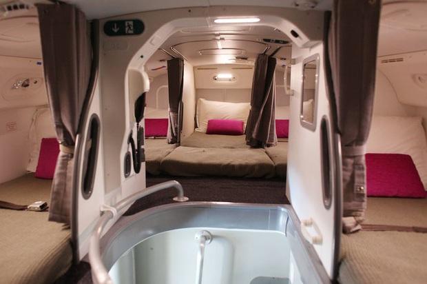 Hoá ra trên máy bay có phòng ngủ riêng cho phi công và tiếp viên: phải đi vào bằng lối bí mật, độ rộng - hẹp thì còn tuỳ - Ảnh 9.