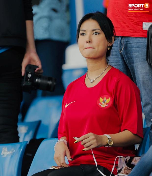 Maria Ozawa đến sân xem Việt Nam đấu Indonesia cùng trang phục mới, với hai người đàn ông mới nhưng vẫn quyết không trả lời phỏng vấn - Ảnh 5.