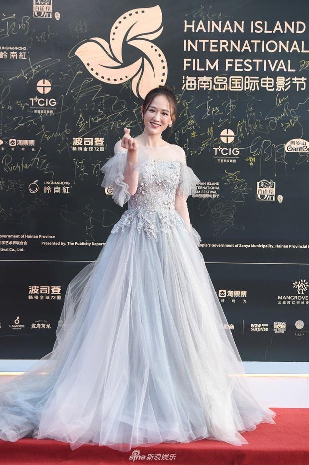 Thảm đỏ gây thất vọng hôm nay: Dương Mịch lộ body tăng cân, Trần Kiều Ân - Côn Lăng bị netizen chê dừ chát - Ảnh 9.