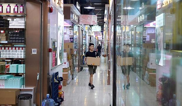Hoa Cường Bắc: Khu chợ điện tử nổi tiếng nhất Trung Quốc nay đã bị nhuộm hồng bởi đồ mỹ phẩm - Ảnh 3.