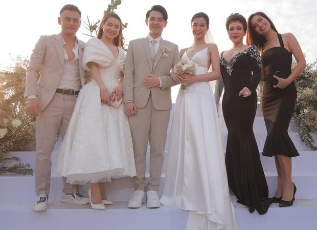 Bị cho là lên đồ lấn át cô dâu trong đám cưới Đông Nhi, sang đến đám cưới Hoàng Oanh thì Nhã Phương đã biết rút kinh nghiệm rồi! - Ảnh 2.