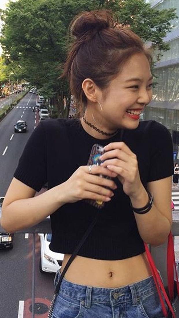 """Thì ra tủ đồ của sao Hàn luôn có crop top thun đen, kiểu áo đơn giản nhưng có """"ngàn lẻ một"""" cách mix đồ - Ảnh 6."""
