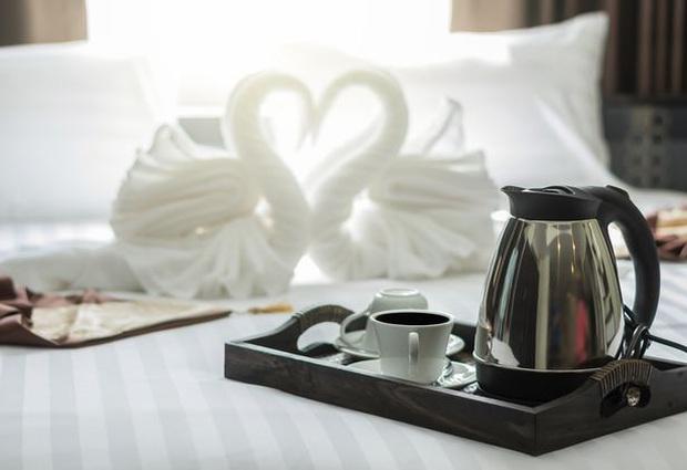 Những món đồ bạn có thể thoải mái cầm về từ khách sạn, hoá ra thứ bị khách lấy nhiều nhất lại là… đồ uống - Ảnh 4.