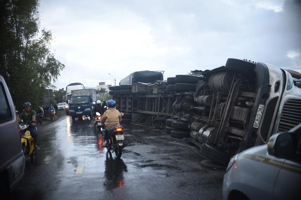 Phú Yên: Hai xe đầu kéo liên tiếp lật trên quốc lộ khiến nhiều người khiếp vía - Ảnh 1.