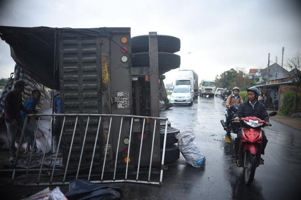 Phú Yên: Hai xe đầu kéo liên tiếp lật trên quốc lộ khiến nhiều người khiếp vía - Ảnh 2.