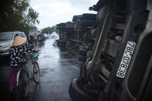 Phú Yên: Hai xe đầu kéo liên tiếp lật trên quốc lộ khiến nhiều người khiếp vía - Ảnh 3.