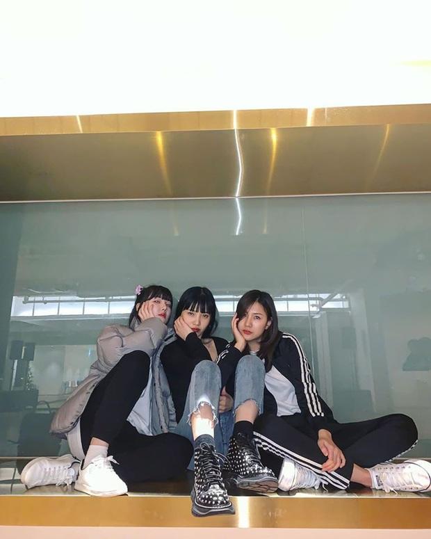 """Joy (Red Velvet) cùng 96-line của GFriend và APink xuất hiện tại phòng tập của SM, là """"thính"""" sân khấu đặc biệt sau tin đồn kết hợp cùng TWICE? - Ảnh 1."""