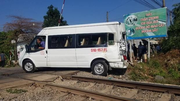 Va chạm giữa tàu hoả và xe ô tô 16 chỗ, nhiều người bị thương - Ảnh 1.