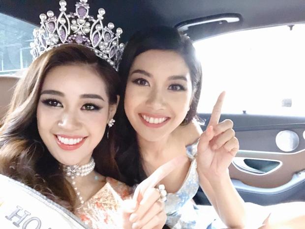 Kẹt xe trên đường chạy show, Hoa hậu Khánh Vân và Á hậu Thuý Vân tranh thủ trổ tài hát cover hit Chi Pu gây bão - Ảnh 2.