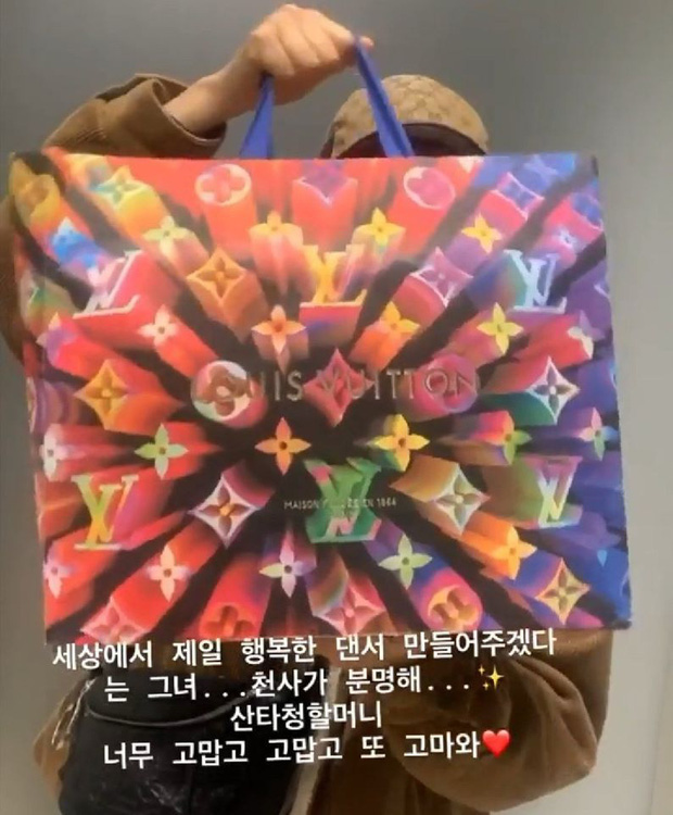 Sướng đến khóc thét như ekip của Chungha và Irene (Red Velvet): Người sốc vì túi ví quá đắt tiền, người khóc vì airpod hàng fake! - Ảnh 2.