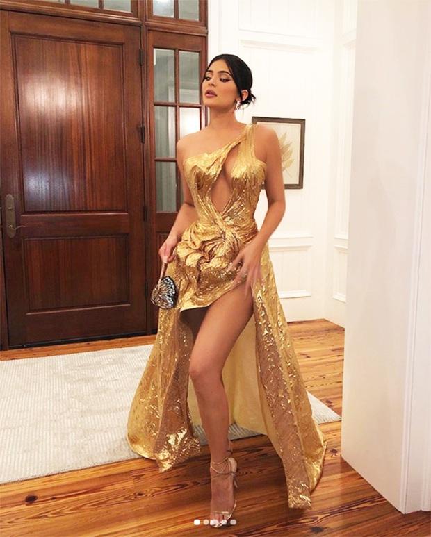 13 lần chị em nhà Kardashian gây nổ Hollywood năm 2019: Kim - Kendall hở nhức mắt, Kylie gây bão ở hôn lễ Justin - Ảnh 6.