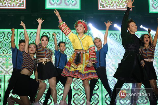 Liveshow 10 năm của Ngô Kiến Huy nhưng Hoàng Thuỳ Linh lẫn Jun Phạm đều tranh thủ PR ca khúc mới nóng bỏng tay trước 15000 khán giả - Ảnh 6.