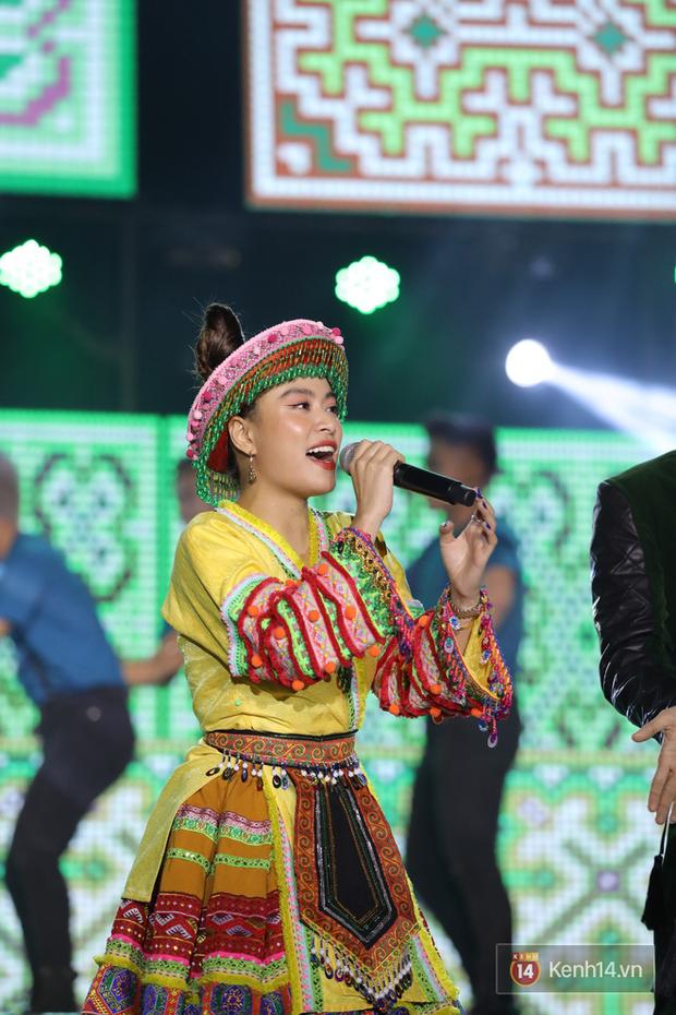 Liveshow 10 năm của Ngô Kiến Huy nhưng Hoàng Thuỳ Linh lẫn Jun Phạm đều tranh thủ PR ca khúc mới nóng bỏng tay trước 15000 khán giả - Ảnh 4.
