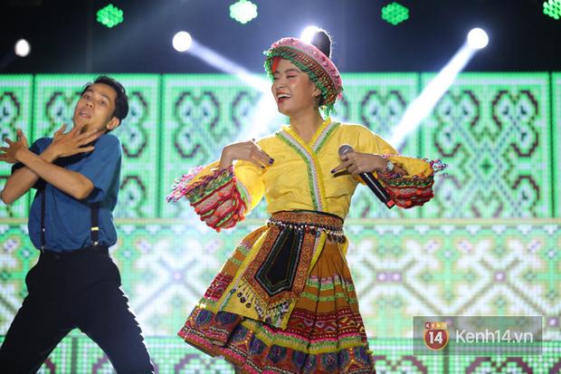 Liveshow 10 năm của Ngô Kiến Huy nhưng Hoàng Thuỳ Linh lẫn Jun Phạm đều tranh thủ PR ca khúc mới nóng bỏng tay trước 15000 khán giả - Ảnh 3.