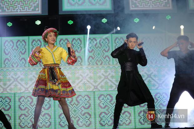 Liveshow 10 năm của Ngô Kiến Huy nhưng Hoàng Thuỳ Linh lẫn Jun Phạm đều tranh thủ PR ca khúc mới nóng bỏng tay trước 15000 khán giả - Ảnh 2.