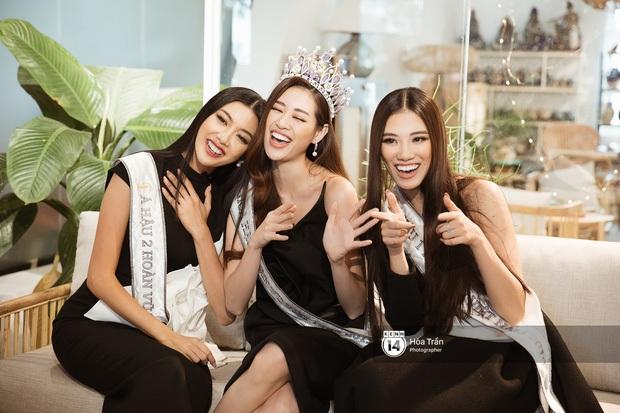 Kẹt xe trên đường chạy show, Hoa hậu Khánh Vân và Á hậu Thuý Vân tranh thủ trổ tài hát cover hit Chi Pu gây bão - Ảnh 3.