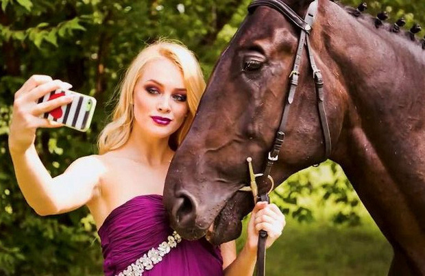 Cô gái kết hôn hợp pháp với ngựa tạo làn sóng cưới thú cưng tại Thuỵ Điển - Ảnh 1.