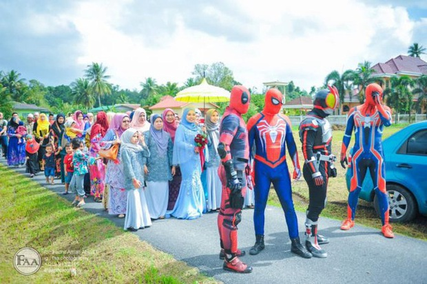 Đi đám cưới cô em út, 4 ông anh ruột diện đồ siêu anh hùng để dọa chú rể: Nhớ chăm sóc em gái bọn anh cho tốt nhé - Ảnh 2.