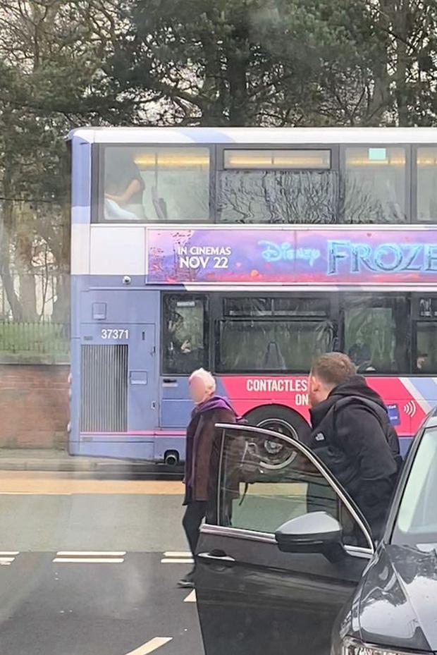 Cặp đôi thản nhiên mây mưa ngay trên xe buýt, đáng chỉ trích hơn là phương tiện đi ngang nhiều trường học, nguy cơ ảnh hưởng đến những đứa trẻ - Ảnh 1.