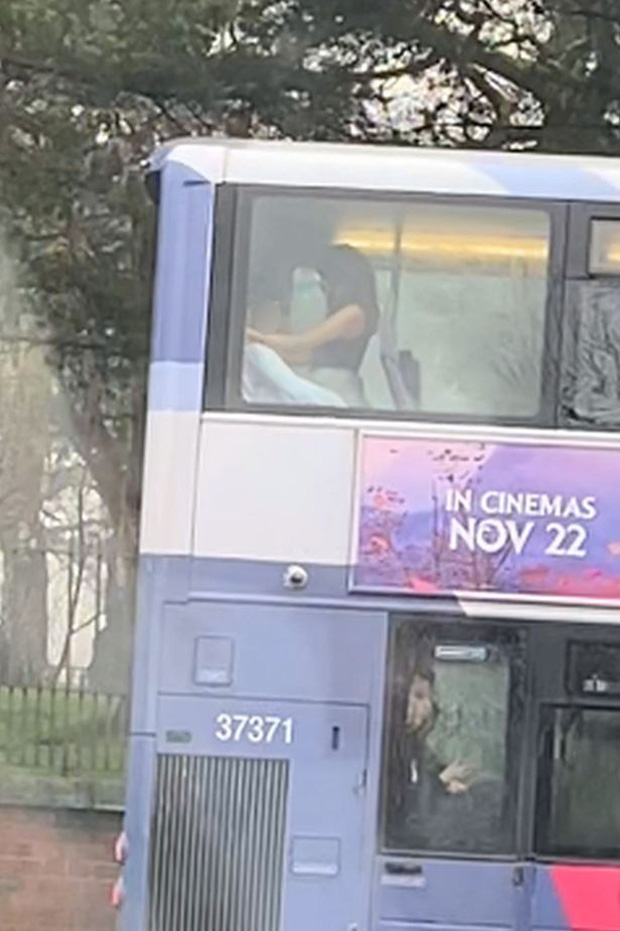 Cặp đôi thản nhiên mây mưa ngay trên xe buýt, đáng chỉ trích hơn là phương tiện đi ngang nhiều trường học, nguy cơ ảnh hưởng đến những đứa trẻ - Ảnh 2.