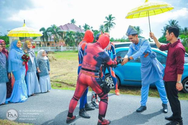 Đi đám cưới cô em út, 4 ông anh ruột diện đồ siêu anh hùng để dọa chú rể: Nhớ chăm sóc em gái bọn anh cho tốt nhé - Ảnh 3.