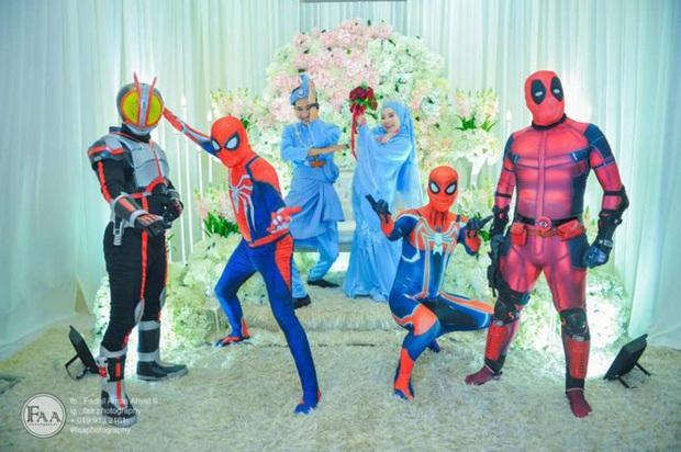 Đi đám cưới cô em út, 4 ông anh ruột diện đồ siêu anh hùng để dọa chú rể: Nhớ chăm sóc em gái bọn anh cho tốt nhé - Ảnh 4.