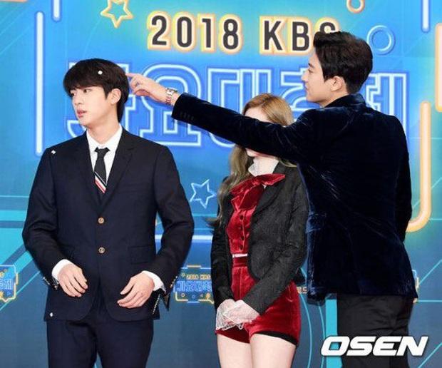 Chuyện tình bromance trớ trêu nhất: Chanyeol lỡ rơi vào lưới tình của Jin, biến Irene - Dahyun thành người thừa - Ảnh 9.