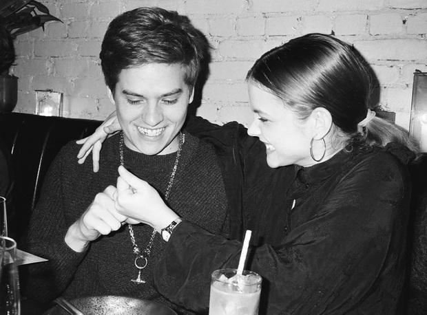 Đi du lịch mà thiếu vắng nửa kia, nam diễn viên Dylan Sprouse vẫn chụp ảnh check-in theo cách cực độc đáo khiến bạn gái ở nhà cũng mát lòng mát dạ - Ảnh 5.