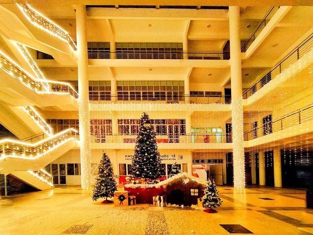 Trường nhà người ta trang trí Giáng sinh: Rực sáng cả một vùng trời, lại còn có tuyết phủ kín trong sảnh toà nhà - Ảnh 1.