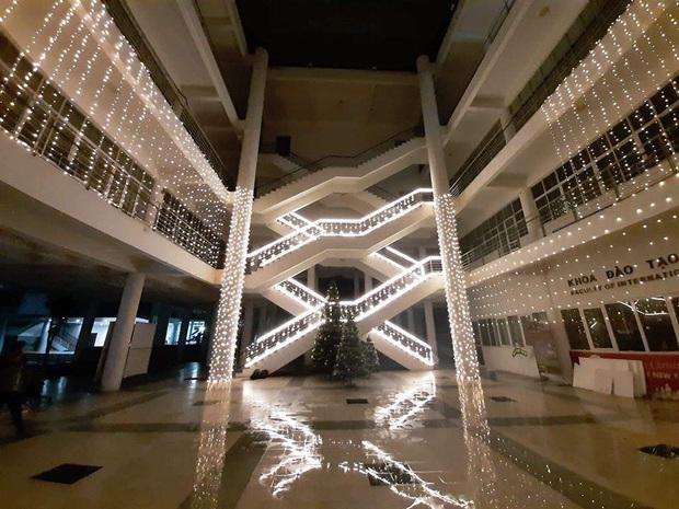 Trường nhà người ta trang trí Giáng sinh: Rực sáng cả một vùng trời, lại còn có tuyết phủ kín trong sảnh toà nhà - Ảnh 3.