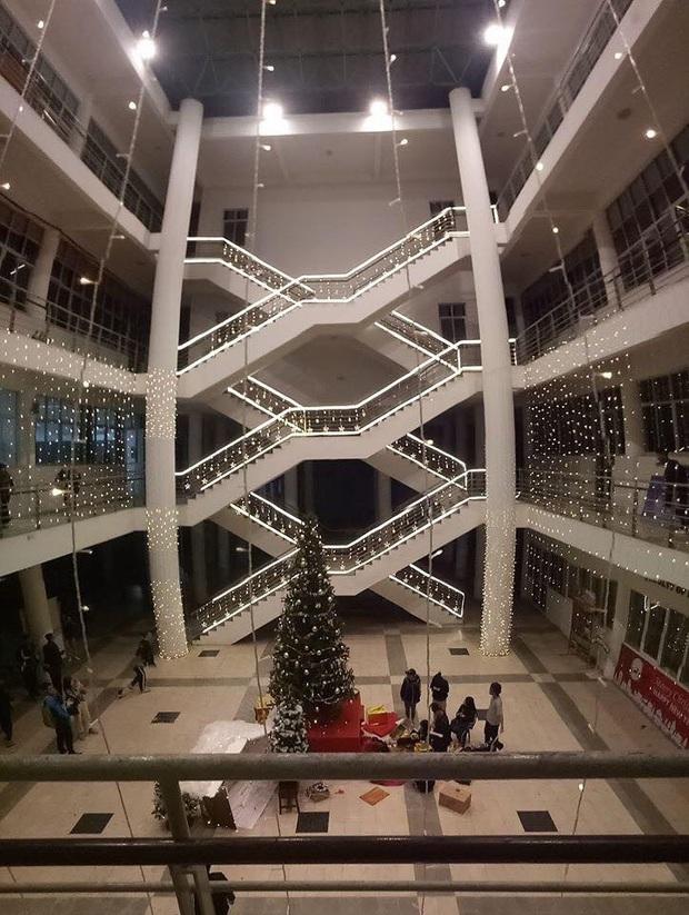 Trường nhà người ta trang trí Giáng sinh: Rực sáng cả một vùng trời, lại còn có tuyết phủ kín trong sảnh toà nhà - Ảnh 5.