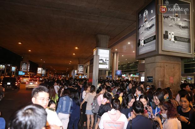 Sân bay Tân Sơn Nhất vỡ trận vì dàn Running Man: Mợ Ngố tươi tắn, Lee Kwang Soo và dàn sao kẹt cứng giữa biển fan khủng chẳng kém AAA - Ảnh 13.