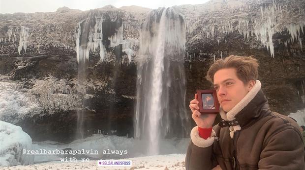 Đi du lịch mà thiếu vắng nửa kia, nam diễn viên Dylan Sprouse vẫn chụp ảnh check-in theo cách cực độc đáo khiến bạn gái ở nhà cũng mát lòng mát dạ - Ảnh 2.