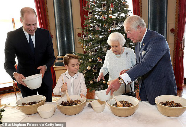 Cả 4 thế hệ của Hoàng gia Anh tề tựu trong cùng một bức ảnh nhưng mọi sự chú ý đều dành cho tiểu Hoàng tử Geogre - Ảnh 2.