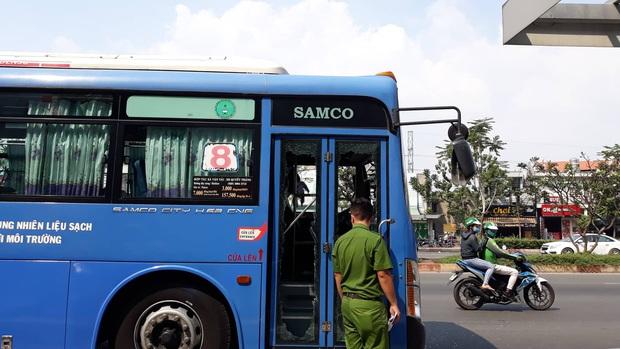 Triệu tập một số đối tượng giang hồ mang theo hung khí chặn xe buýt đập phá ở Sài Gòn - Ảnh 1.