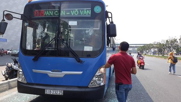 Triệu tập một số đối tượng giang hồ mang theo hung khí chặn xe buýt đập phá ở Sài Gòn - Ảnh 2.