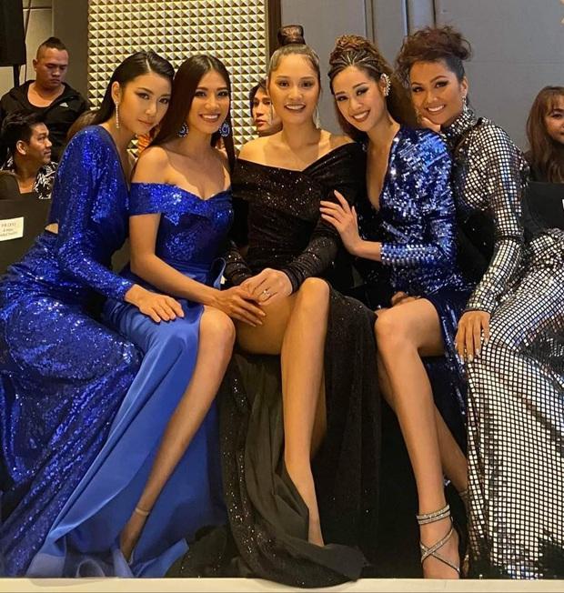 Top 3 Hoa hậu Hoàn vũ, H'Hen Niê, Hương Giang đọ sắc bất phân cùng khung hình, netizen dán mắt vào chân dài của 5 người - Ảnh 1.