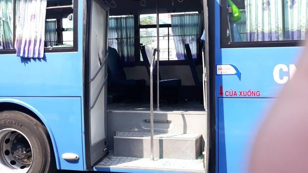 Triệu tập một số đối tượng giang hồ mang theo hung khí chặn xe buýt đập phá ở Sài Gòn - Ảnh 3.