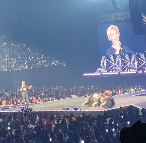 Đang yên đang lành, EXO tự nhiên rủ nhau ngồi nhậu luôn trên sân khấu concert khiến fan mắt chữ A, mồm chữ O - Ảnh 1.