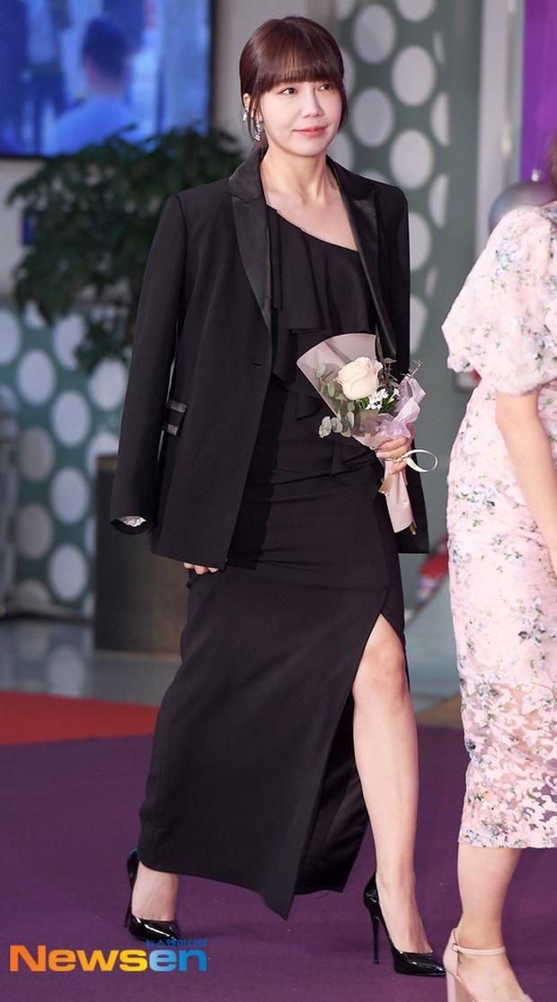 Thảm đỏ KBS Entertainment Awards: Yoo Jae Suk lộ diện hậu bê bối, mỹ nhân Vườn sao băng lấn át Apink và quân đoàn sao - Ảnh 14.
