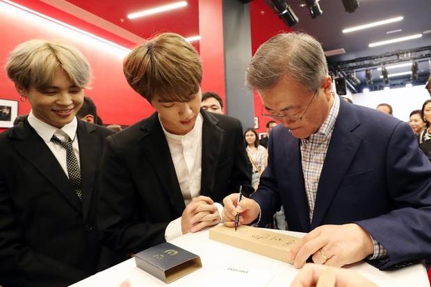 Dàn sao Hàn hiếm hoi dự sự kiện bên Tổng thống: Song Song và Yoona - Suzy mê hồn dù giản dị, BTS đúng là khác biệt! - Ảnh 5.