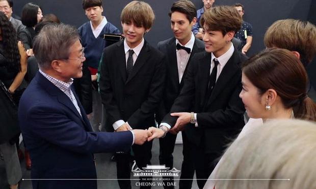 Dàn sao Hàn hiếm hoi dự sự kiện bên Tổng thống: Song Song và Yoona - Suzy mê hồn dù giản dị, BTS đúng là khác biệt! - Ảnh 1.