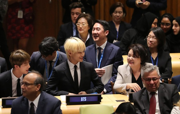 Dàn sao Hàn hiếm hoi dự sự kiện bên Tổng thống: Song Song và Yoona - Suzy mê hồn dù giản dị, BTS đúng là khác biệt! - Ảnh 4.